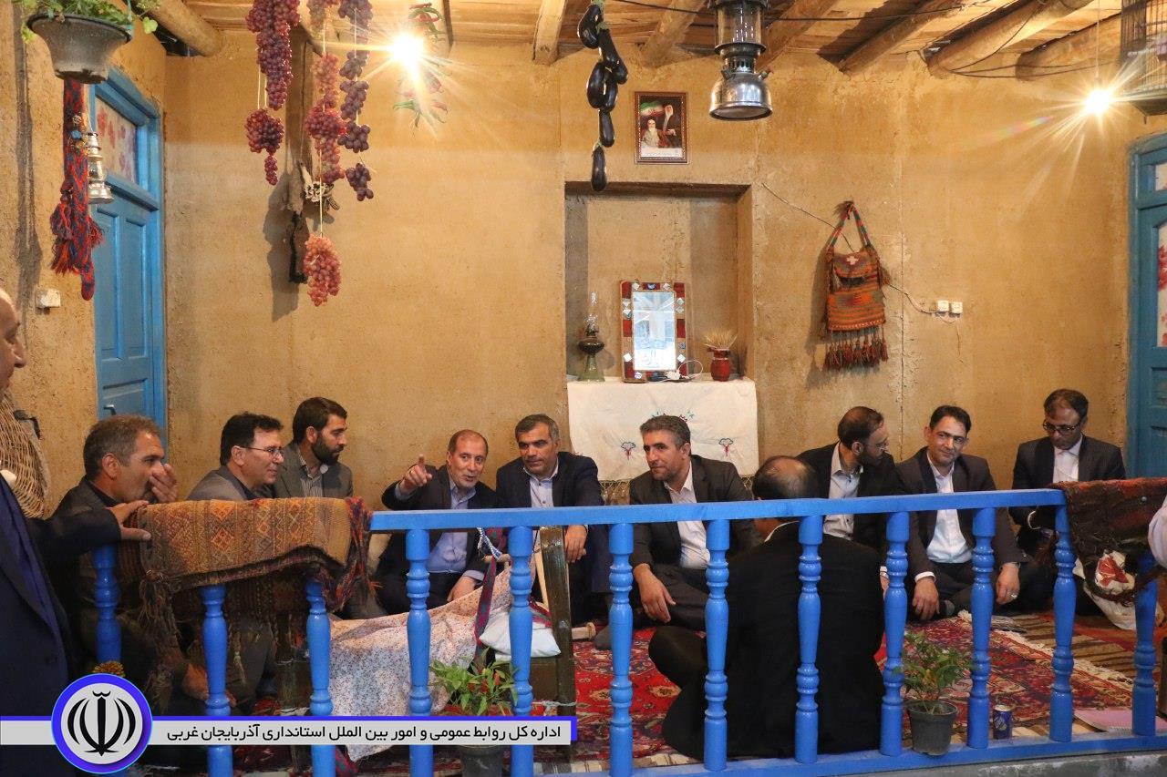 تصویر|| بازدید دکتر امید معاون توسعه روستایی، مناطق محروم و عشایر از توانمندی های آذربایجان غربی در چهارمین نمایشگاه توانمندی های روستائیان و عشایر