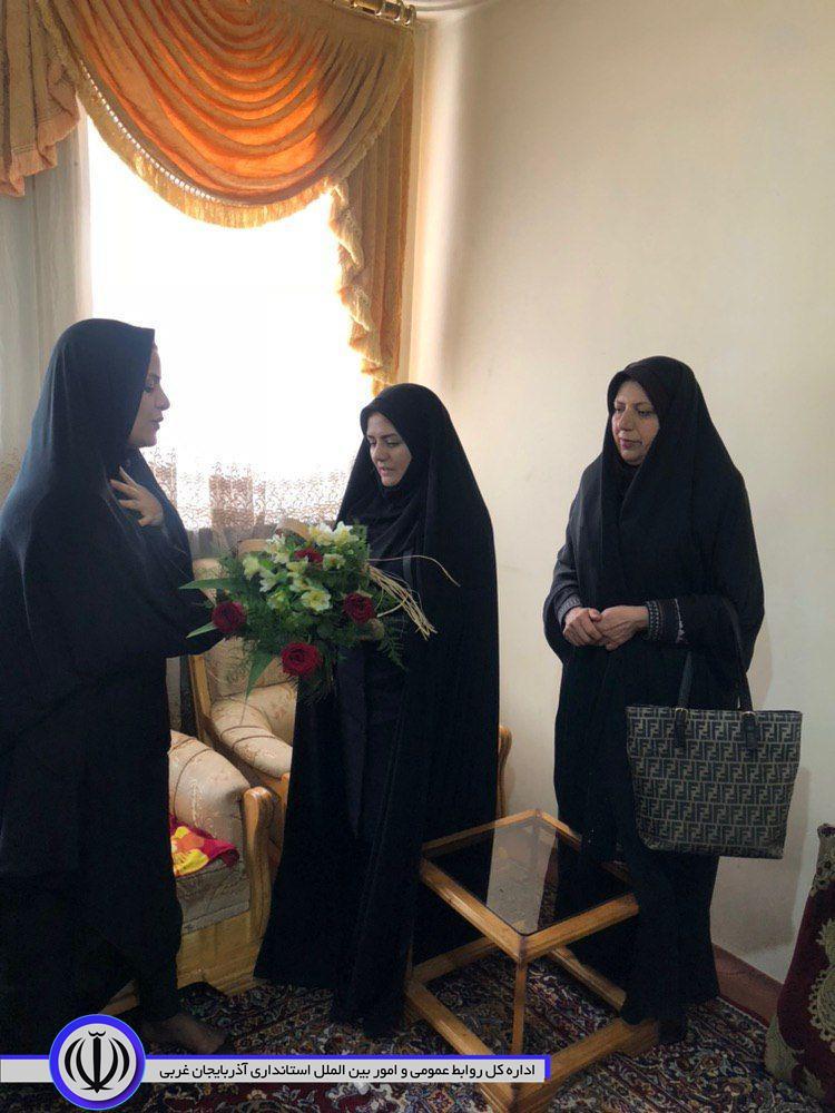 دیدار مدیر کل بانوان و امور خانواده استانداری آذربایجان غربی با  خانم راضیه عابدینی جانباز ٤٥ درصد دوران دفاع مقدس