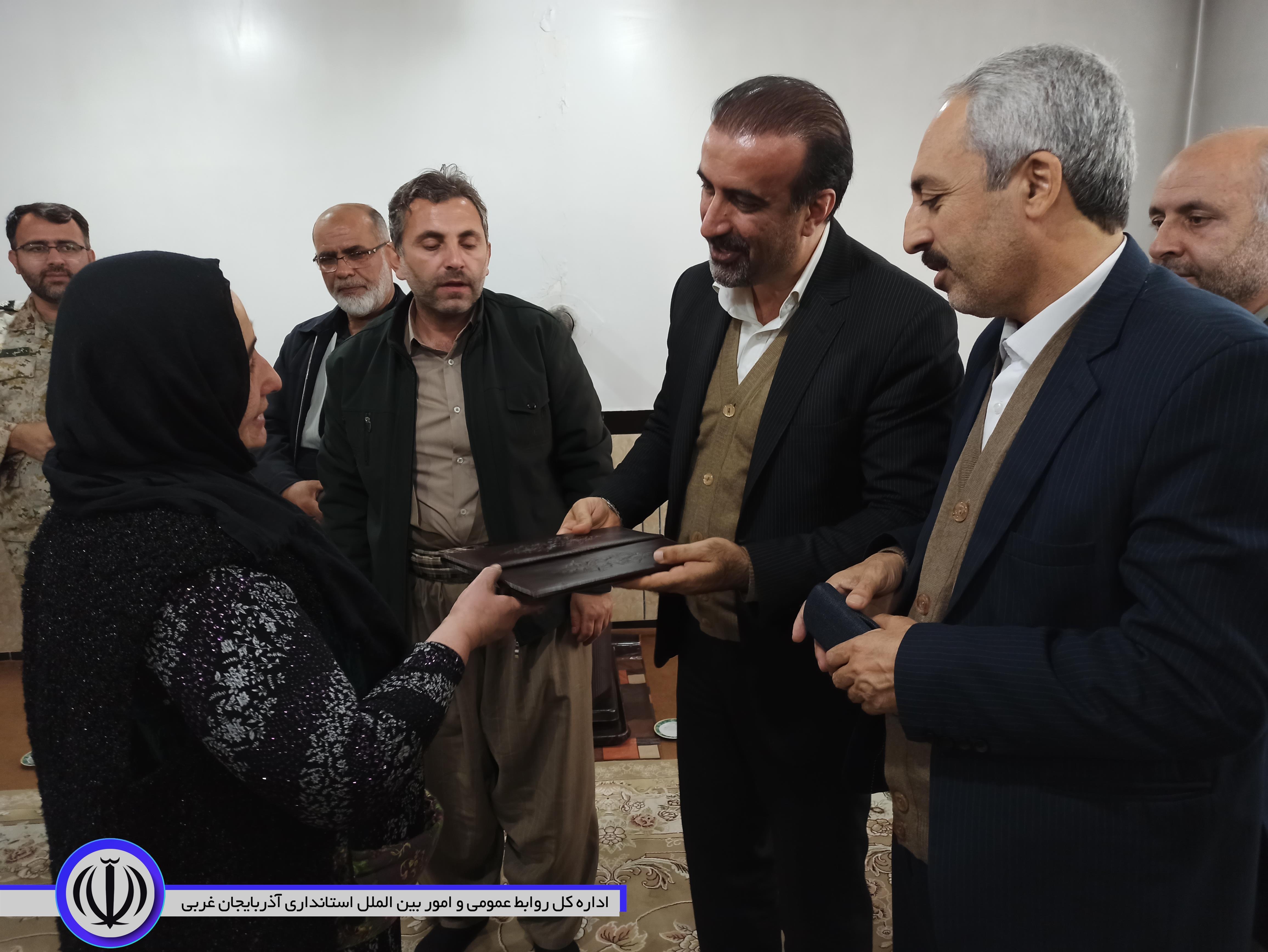 دیدار معاون هماهنگی امور اقتصادی استاندار آذربایجان غربی با خانواده معظم شهید در سردشت