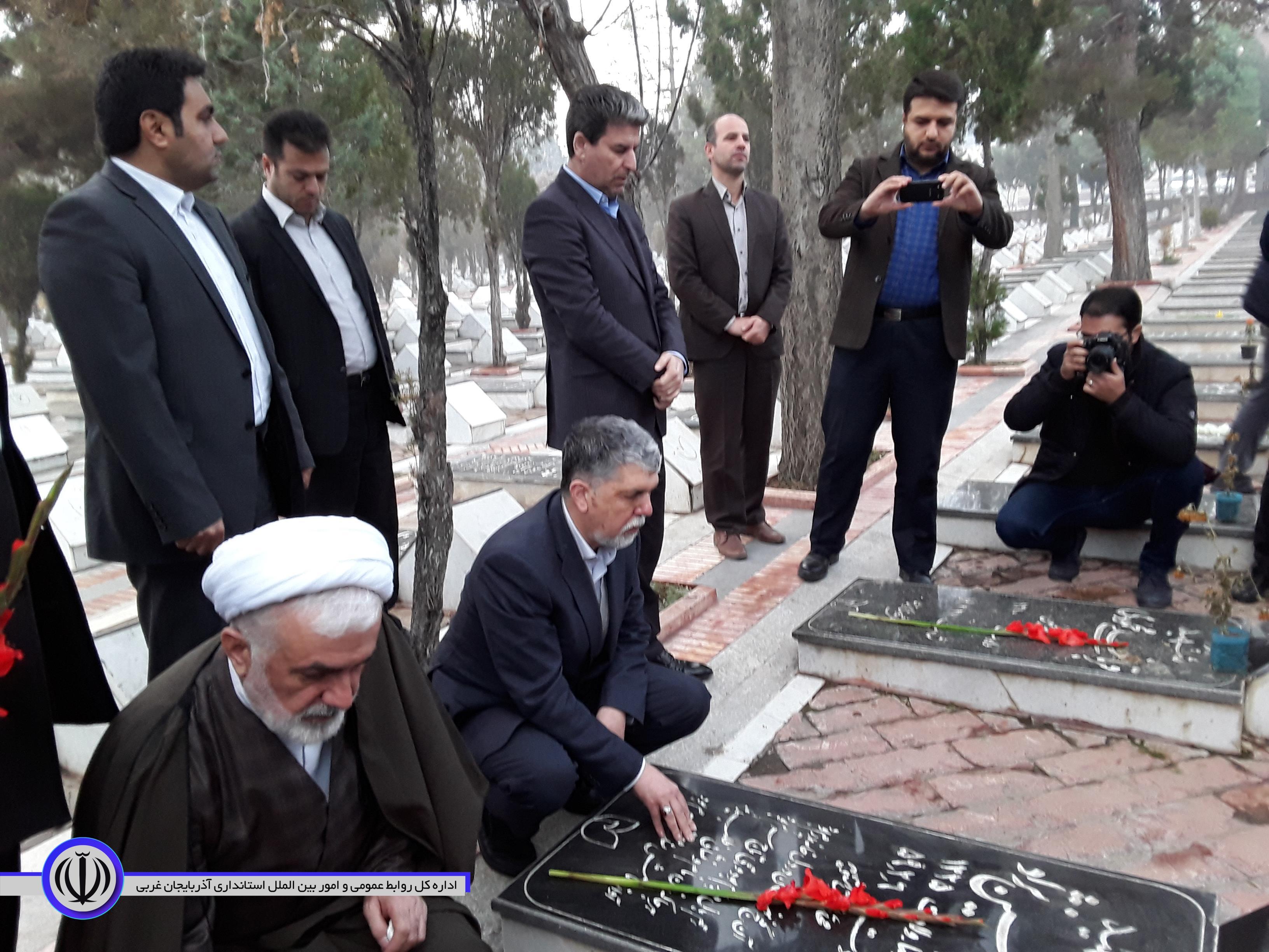 ادای احترام وزیر فرهنگ و ارشاد اسلامی و استاندار آذربایجان غربی به مقام شامخ شهدا در ارومیه